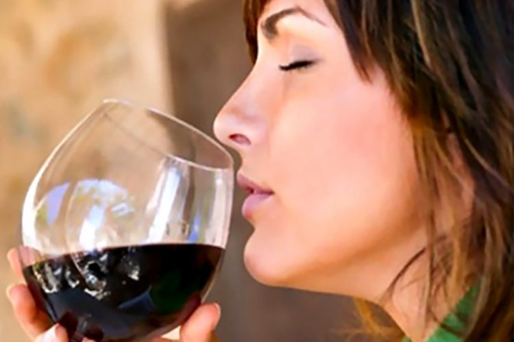 Mulheres que bebem vinho regularmente têm menos tendência a engordar caminho do vinho